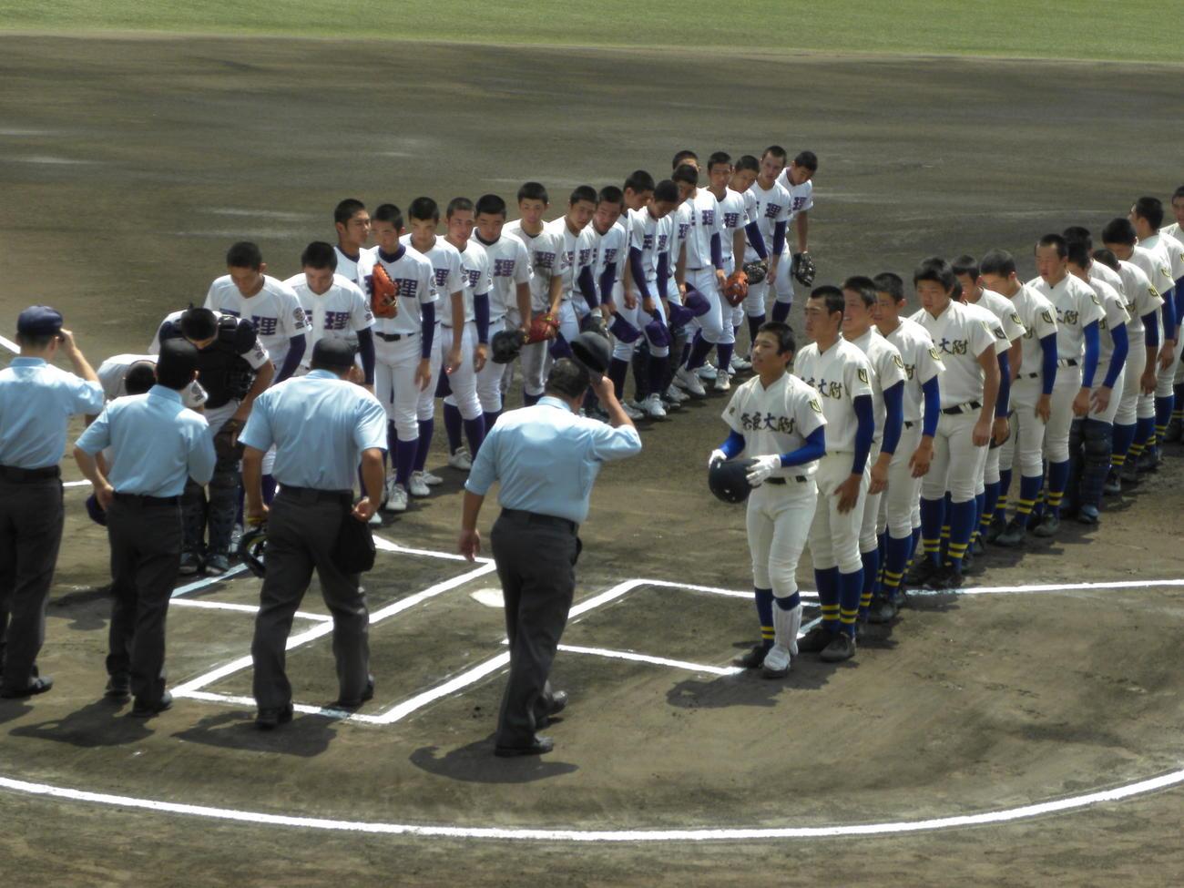 決勝前に整列した奈良大付(右)と天理の選手たち(撮影・松本航)