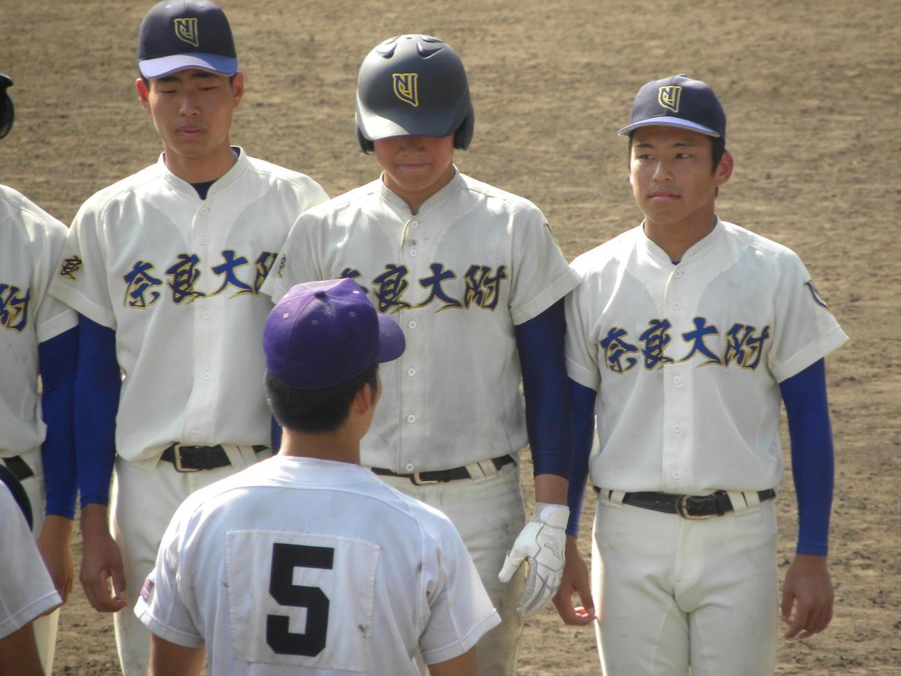 天理に敗れ、整列する奈良大付の選手たち(撮影・松本航)