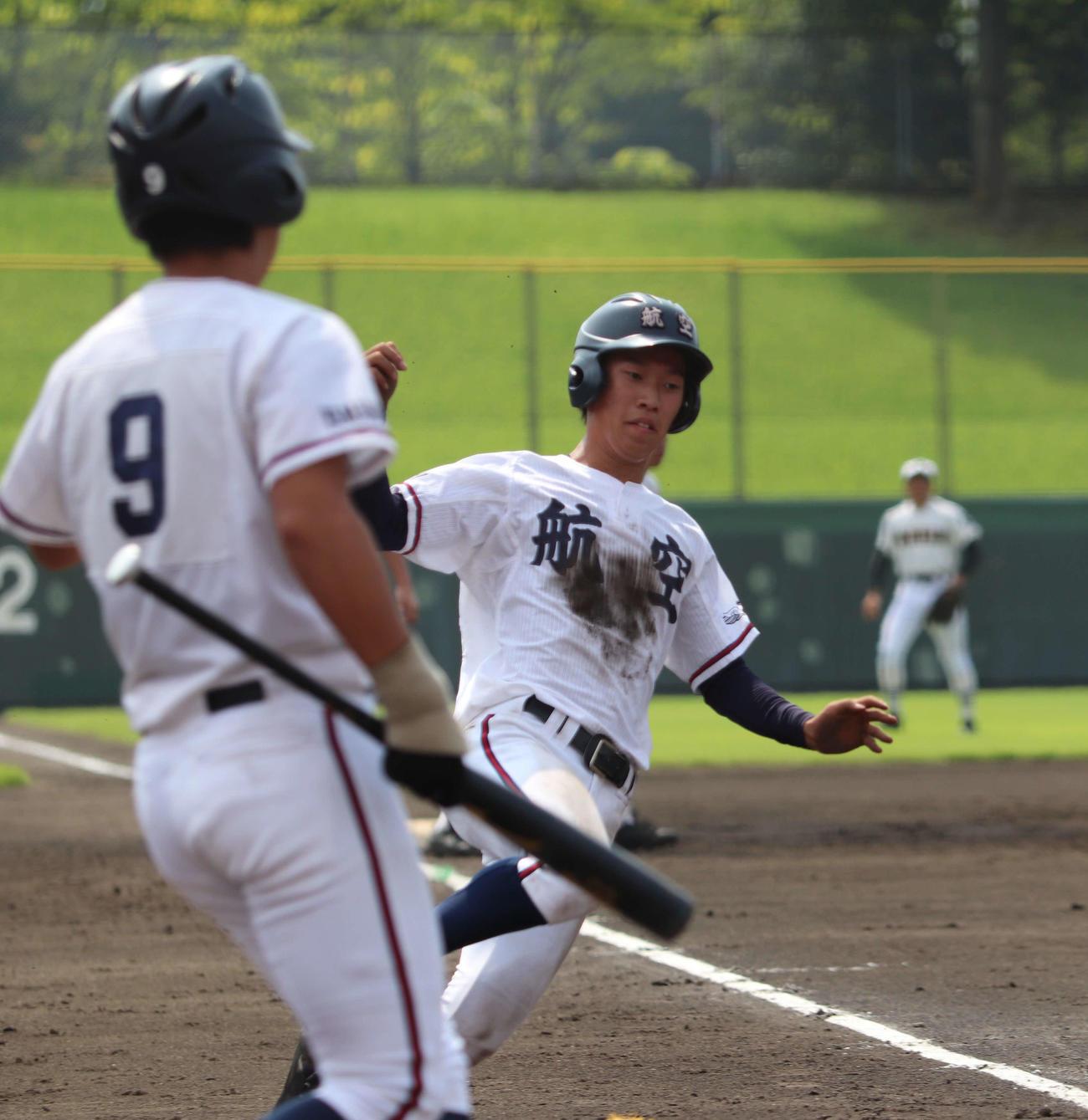 農林対日本航空 3回裏ホームにかえってくる三塁打を放った日本航空の高田(撮影・三須佳夏)