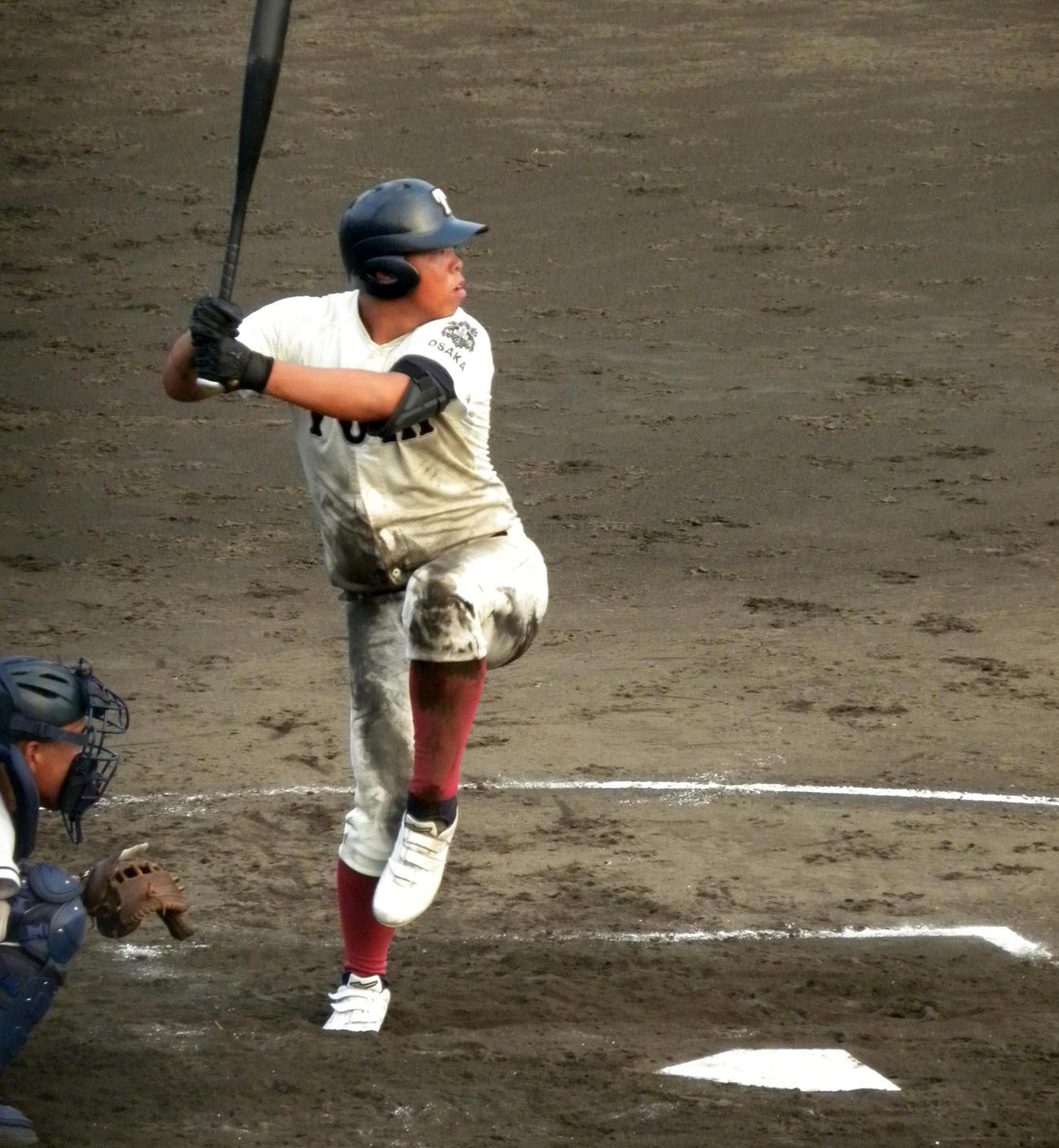 7回、二塁打を放つ大阪桐蔭・西野(撮影・松本航)