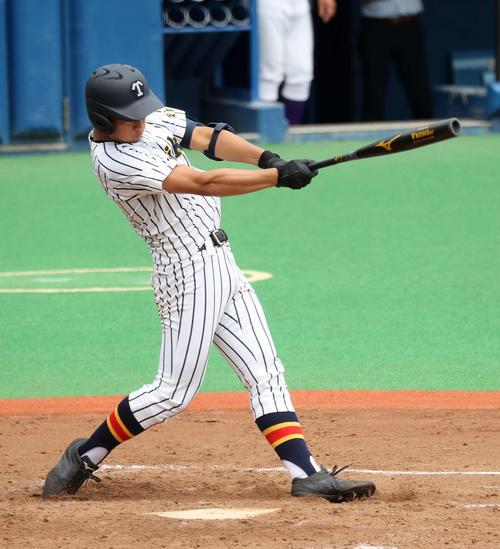関東第一対帝京 3回裏帝京2死一、二塁、加田は左越え適時二塁打を放つ(撮影・鈴木正人)