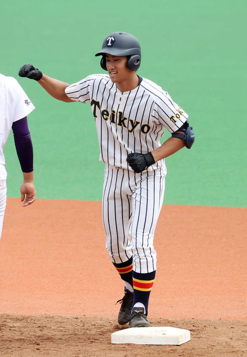 関東第一対帝京 3回裏帝京2死一、二塁、加田は左越え適時二塁打を放ちガッツポーズ(撮影・鈴木正人)
