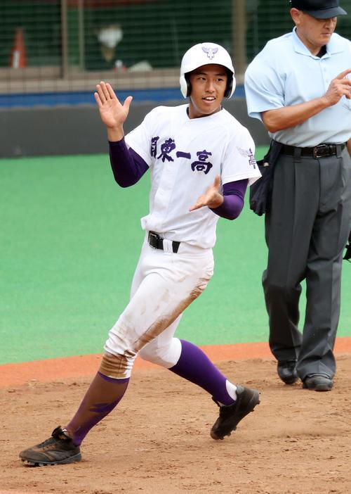 関東第一対帝京 4回表関東第一2死三塁、出利葉の打球が三塁失策になり町田が生還し喜ぶ(撮影・鈴木正人)