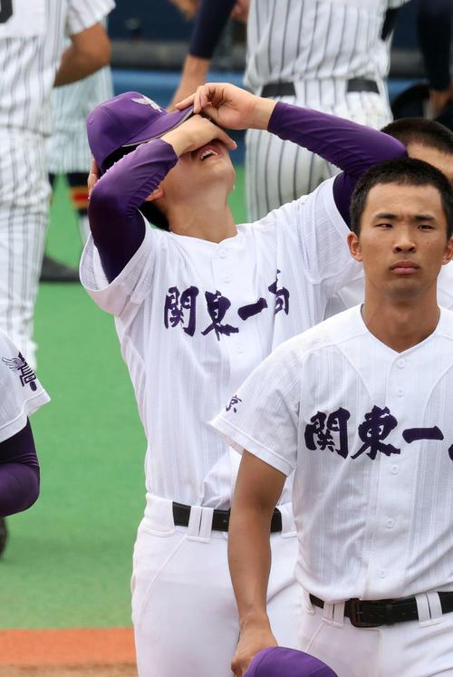 敗戦し悔しがる関東第一・今村(撮影・鈴木正人)