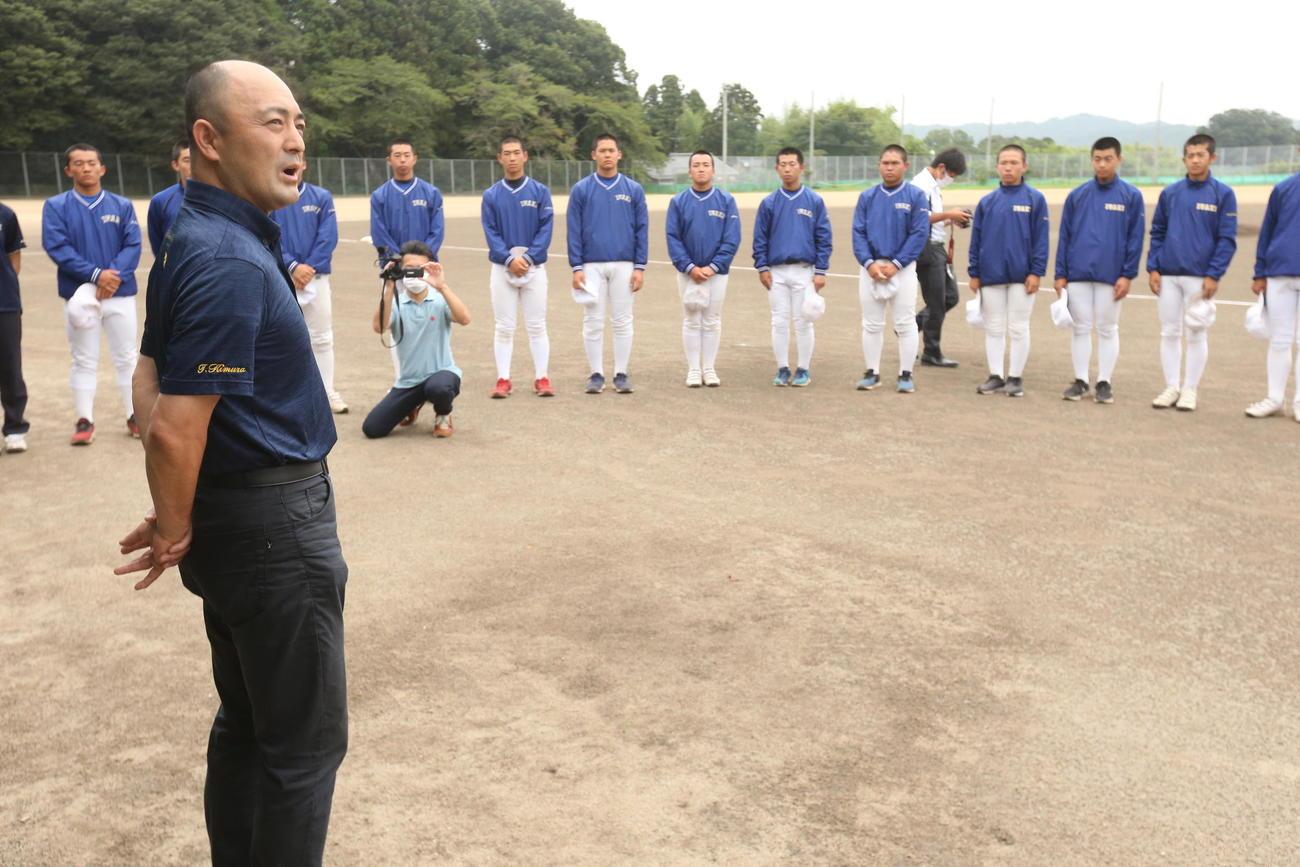 甲子園交流試合でノッカーを務めることが決まり、磐城の選手にあいさつする前監督の木村氏(撮影・野上伸悟)