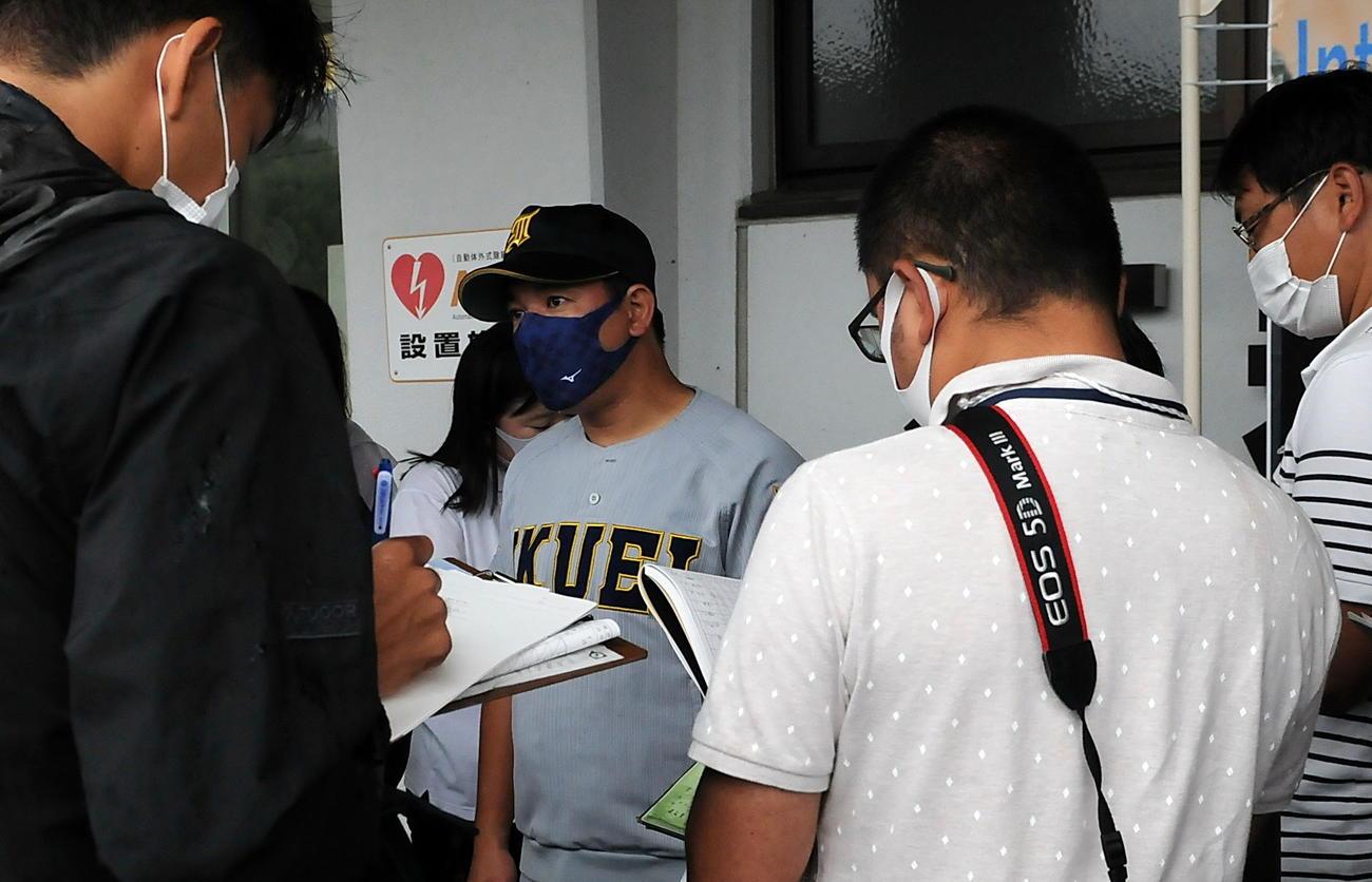 降雨ノーゲーム後、仙台育英・須江監督はマスク姿で取材に応じる