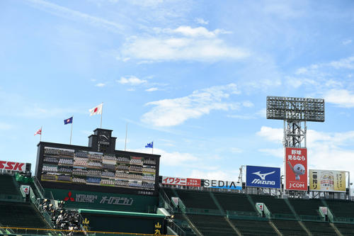 開会式で甲子園交流試合出場校がスコアボードに映し出される(撮影・横山健太)