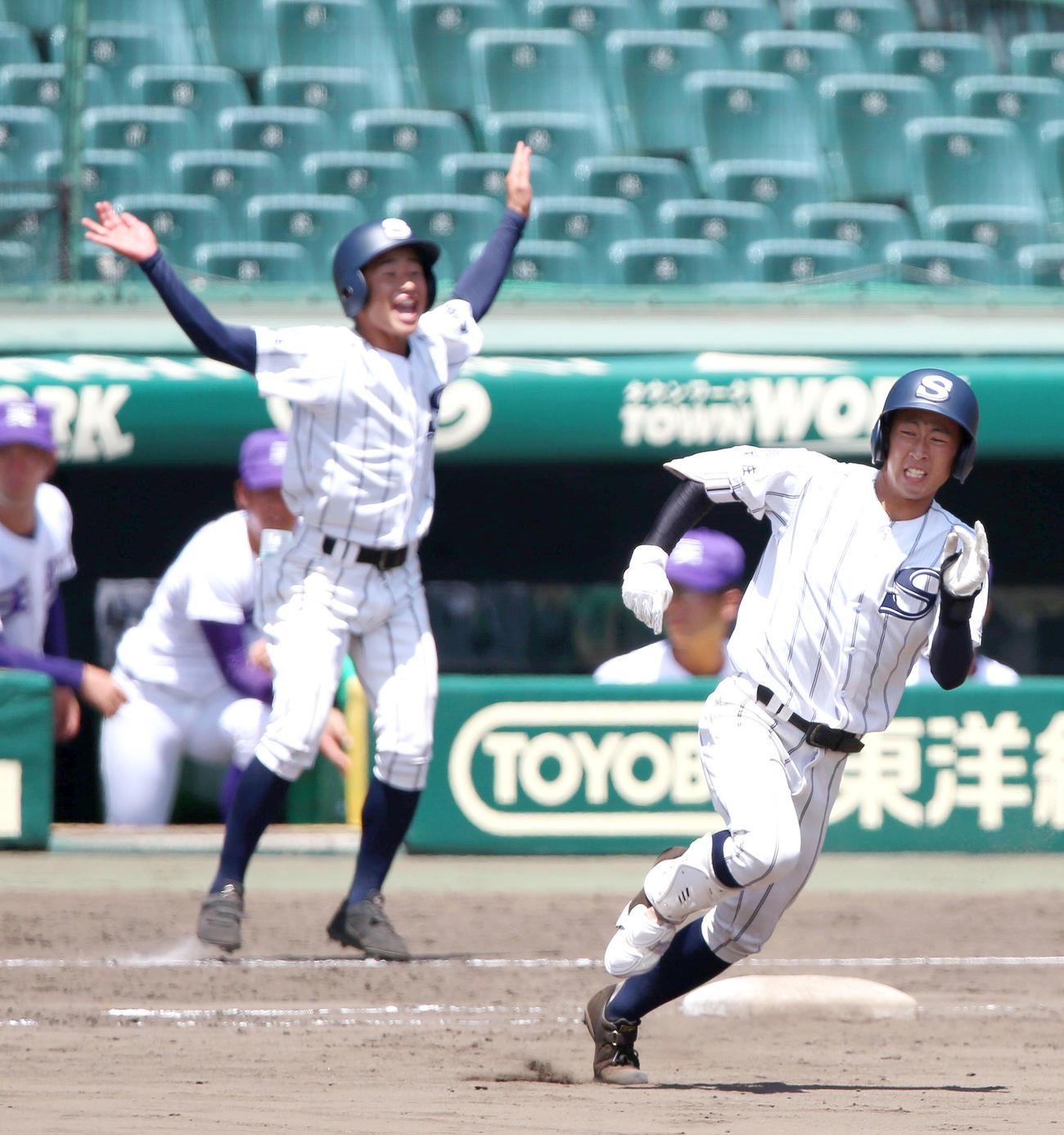 広島新庄対天理 8回表広島新庄1死一塁、浜岡は右に二塁打を放ち二塁に向かう(撮影・上山淳一)