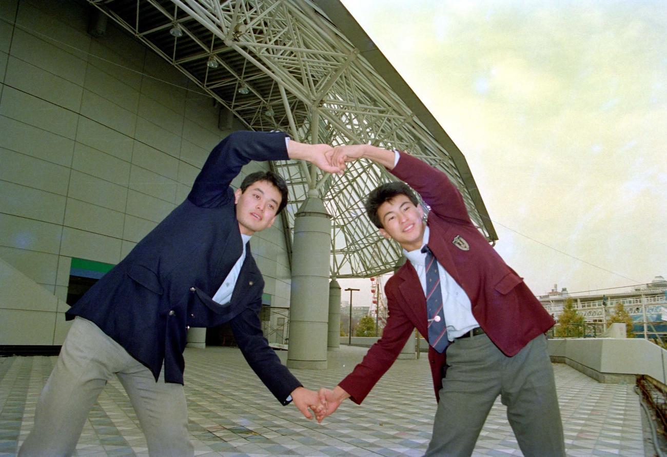 87年11月、日本ハム入団が決まり、新本拠地となる東京ドームの前でポーズをとる芝草(左)と島田