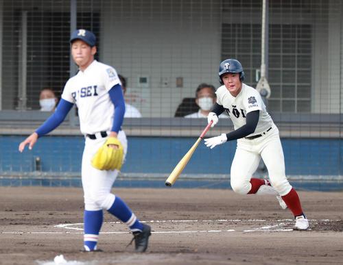 2回表大阪桐蔭1死一塁、左中間へ先制適時二塁打を放つ吉安(撮影・清水貴仁)