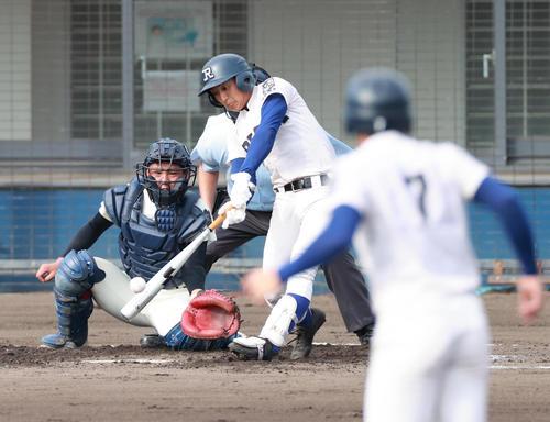 2回裏履正社無死満塁、三塁線をやぶる走者一掃の逆転適時二塁打を放つ中原(撮影・清水貴仁)