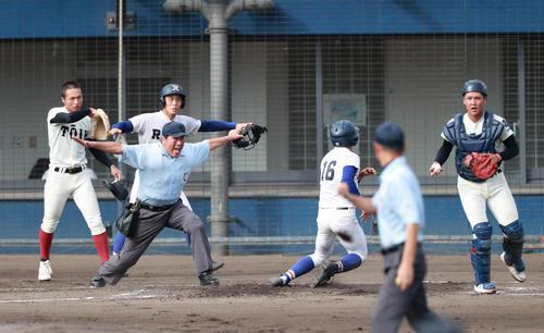 2回裏履正社無死満塁、中原の走者一掃の逆転適時二塁打で走者が生還する(撮影・清水貴仁)