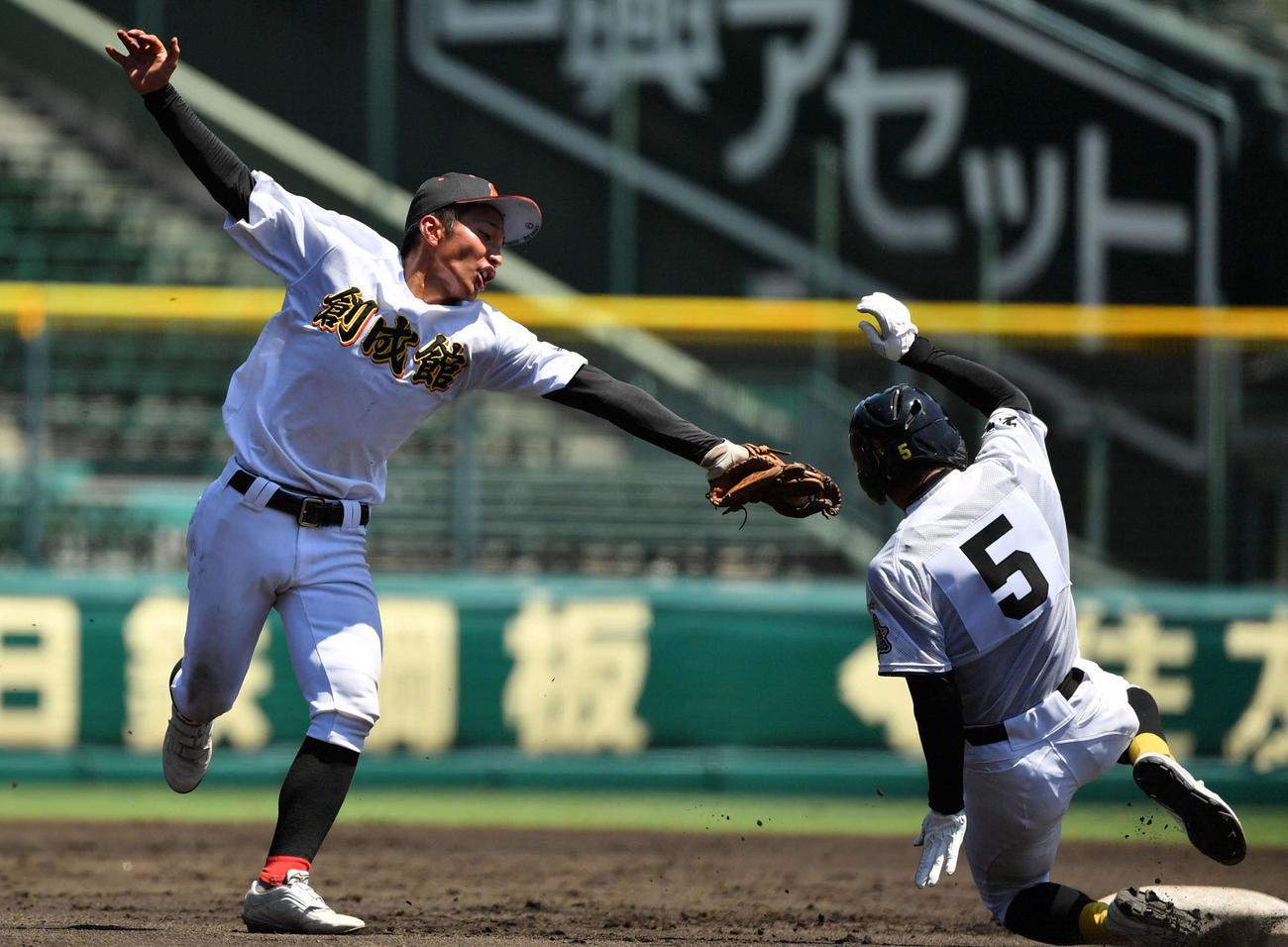 平田対創成館 2回表平田1死一塁、二盗を決める高橋(右)。左は松尾(撮影・横山健太)