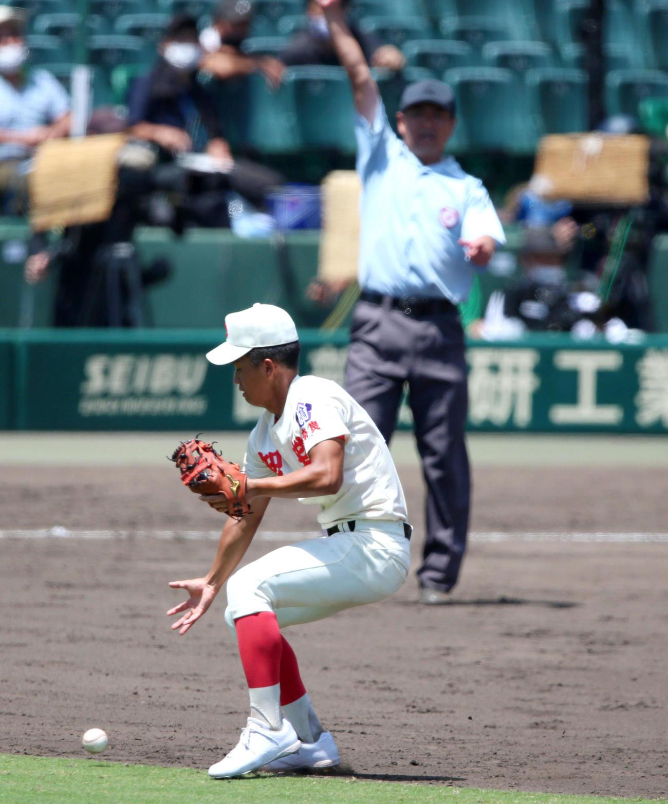 智弁学園対中京大中京 タイブレーク10回裏中京大中京無死満塁、西村の二飛を二塁手錦織は1度は捕球も、その後に落球しサヨナラとなる(撮影・上山淳一)