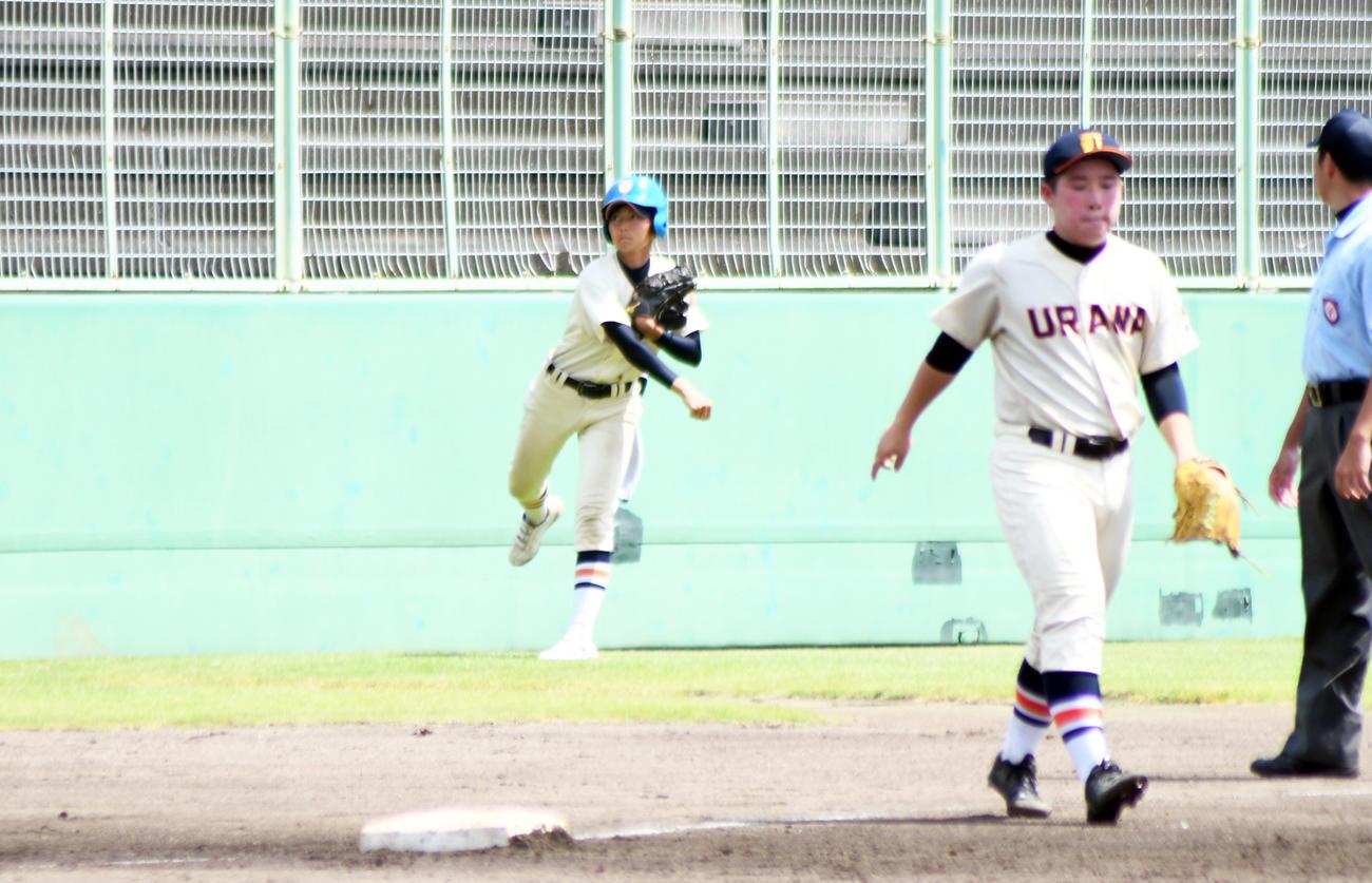 ボールガールとしてファウルボールを美しい投球フォームで返球する市浦和の佐藤百華投手(撮影・大友陽平)