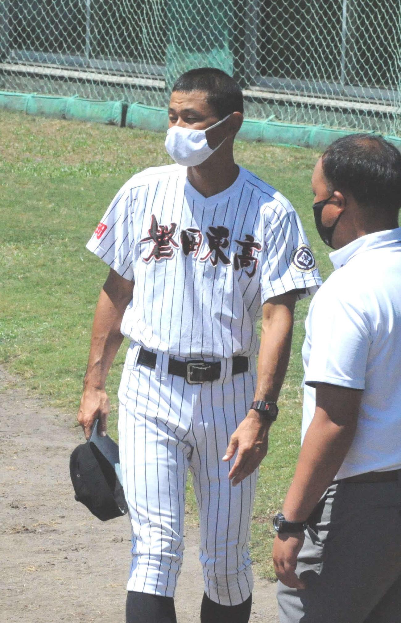 初戦を白星で飾った磐田東の山本監督(左)