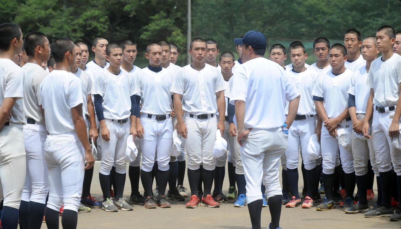 練習前のミーティングで、米山監督の話を聞く加藤学園の選手たち(撮影・河合萌彦)