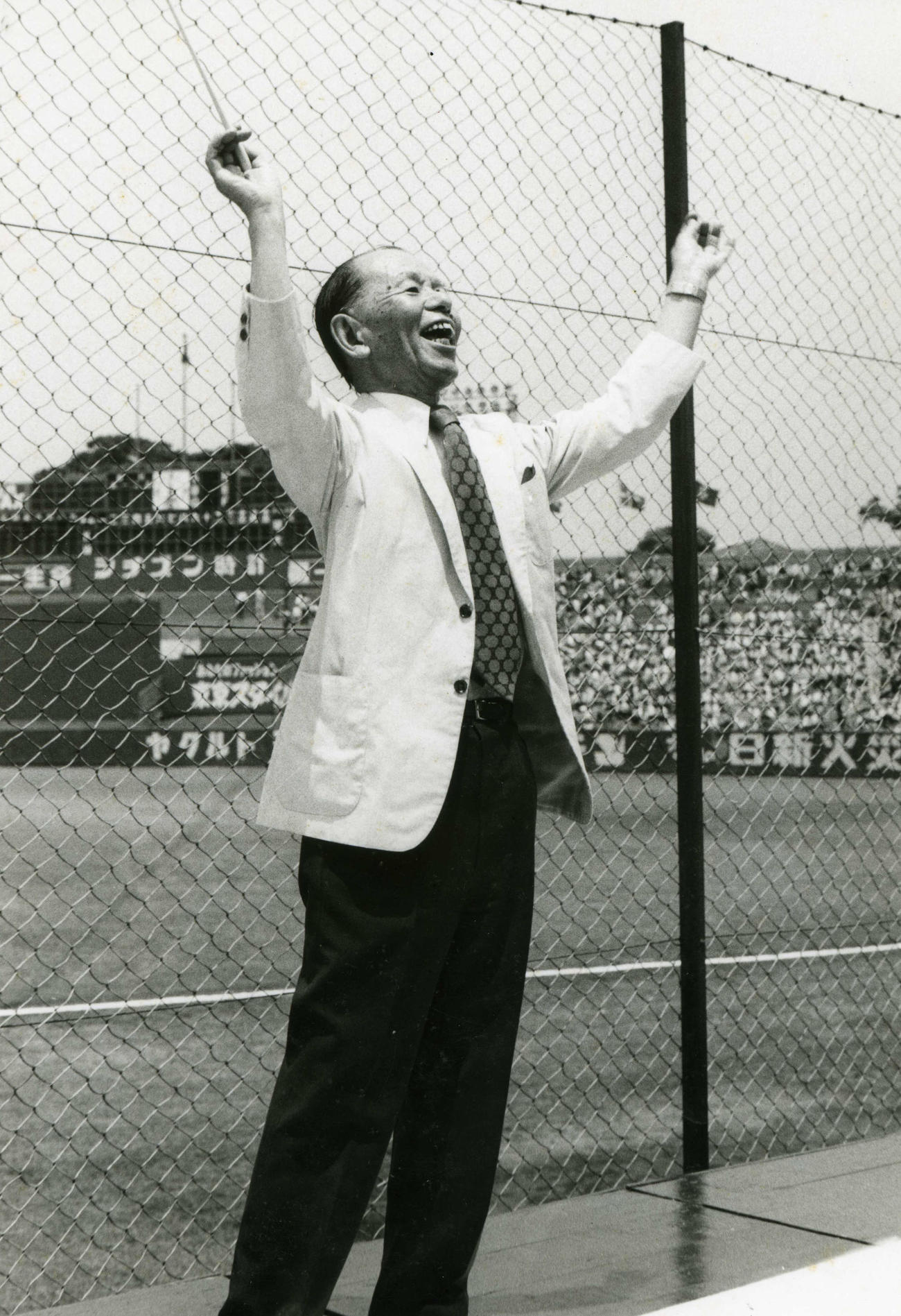 76年、早大応援歌「紺碧の空」45周年に、神宮の早慶戦で指揮を執る古関裕而氏(古関正裕さん提供)