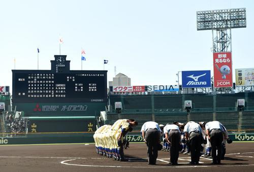 星稜対履正社 整列する両ナイン(撮影・横山健太)