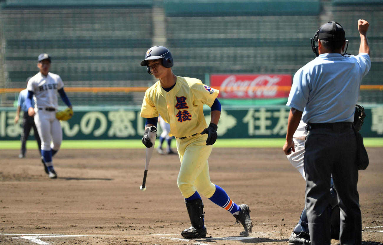1回裏星稜1死一、二塁、三振に倒れる内山。投手岩崎(撮影・横山健太)