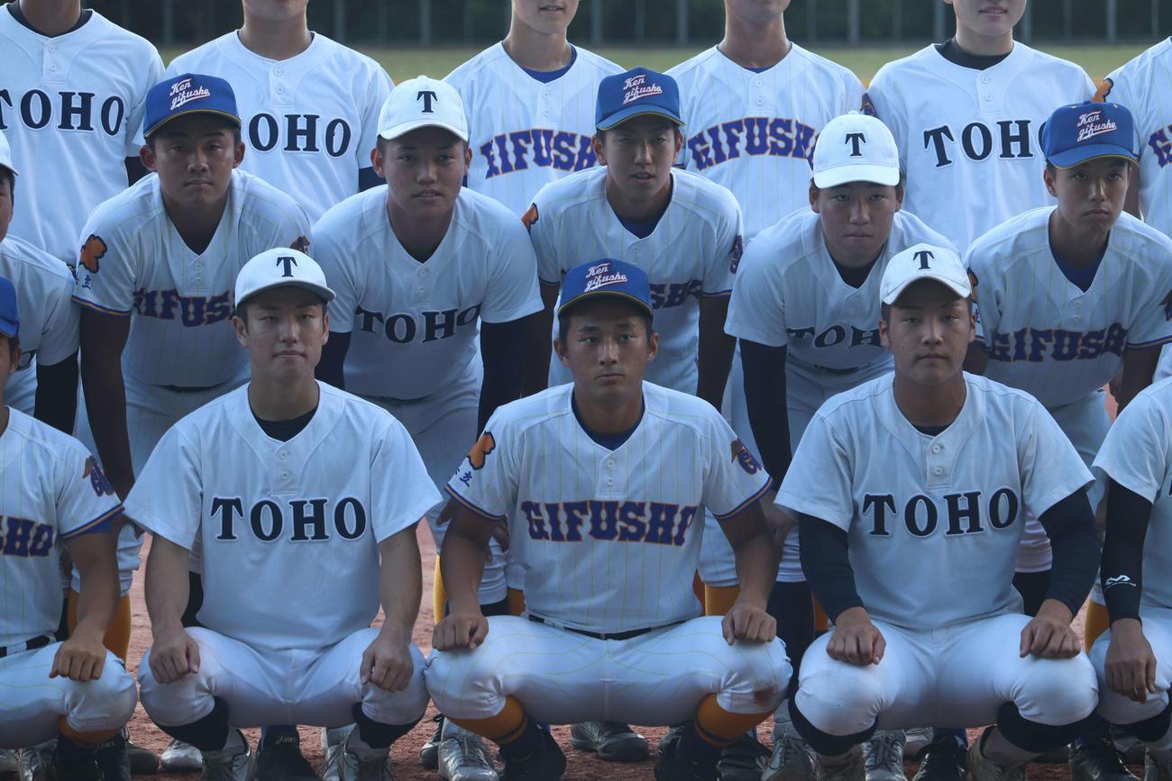 試合前、東邦と県岐阜商の選手は合同で記念撮影を行った