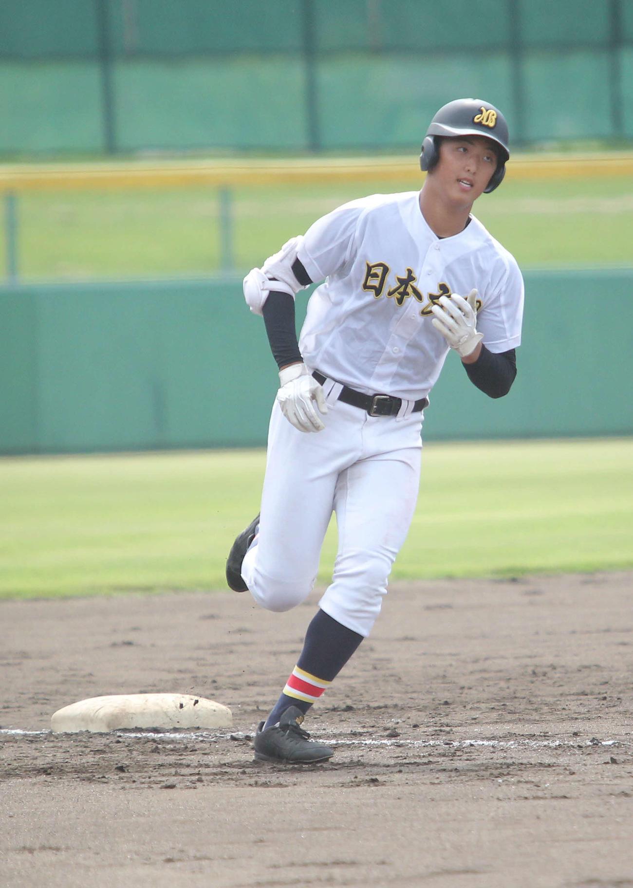 2回裏日本文理1死満塁、田中は満塁弾を放ち三塁を回る