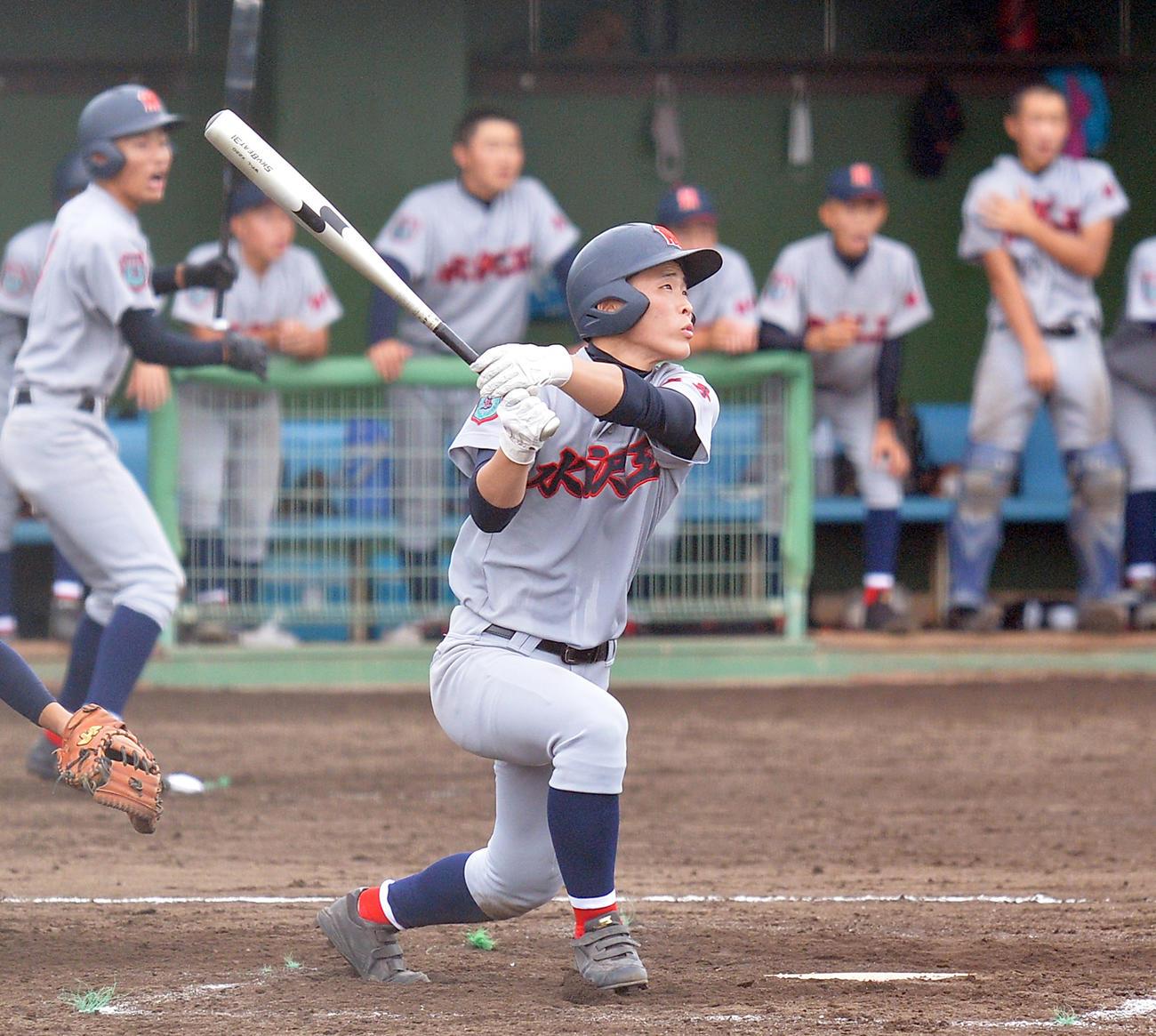 8回裏水沢工無死二、三塁、右中間に2点適時三塁打を放つ伊藤(撮影・鎌田直秀)