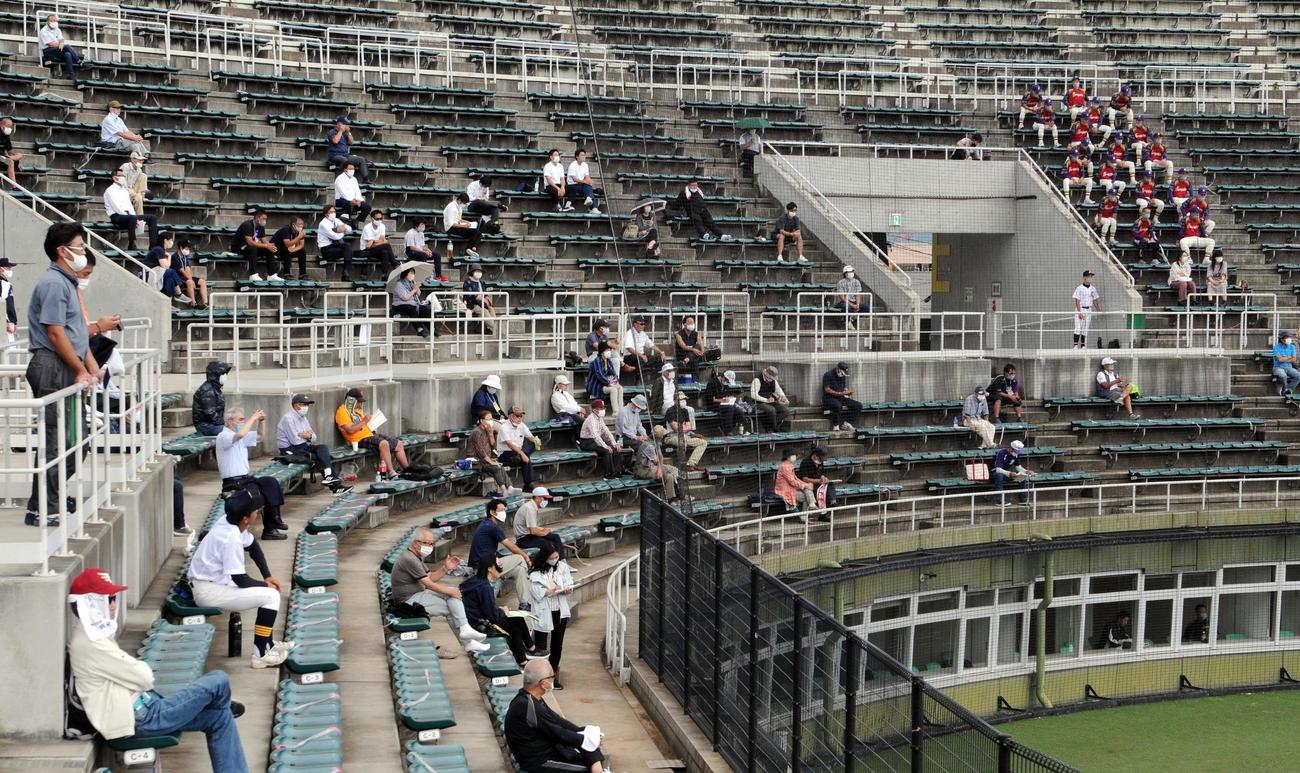 今季初めて有観客試合になった宮城大会・準決勝をネット裏で観戦する一般観戦者たち