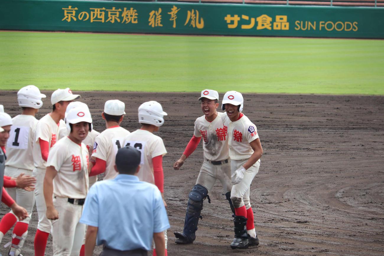 サヨナラ打を決め、ナインに出迎えられる智弁学園・竹村(右)
