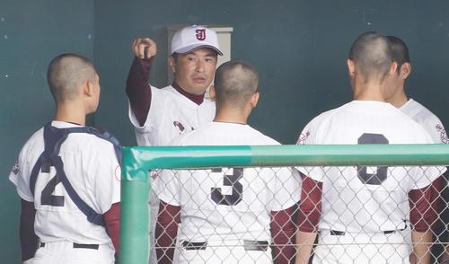 推計関東地区大会初戦の前橋商戦を前にベンチで選手たちに指示を出す常に総・島田監督(左から2番目)(撮影菅敏)