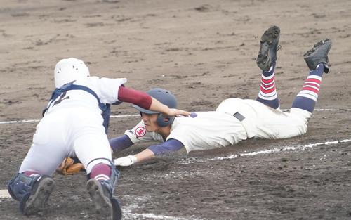 前橋の大常総4回表前橋の2死2塁、茂田侑大の重太郎塁で本塁を狙うもアウトになる前橋イン・塩坪。 左は捕手田辺(撮影菅敏)