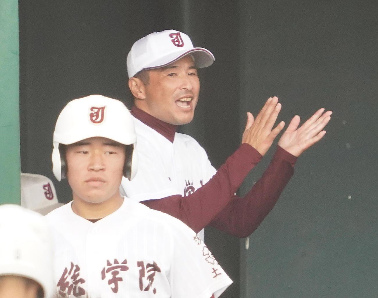 前橋商対常総 6回裏常総2死一、二塁、伊藤の2点適時三塁打にベンチで喜ぶ常総・島田監督(撮影・菅敏)