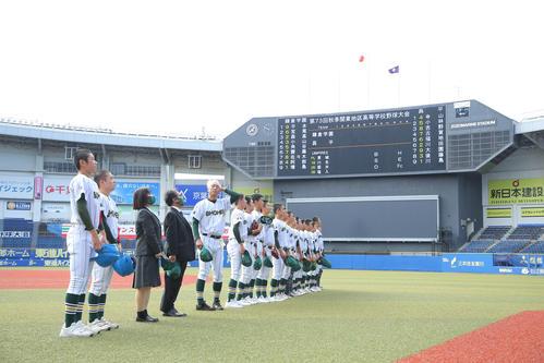 鎌倉学園対昌平 試合前、応援席にあいさつをする昌平の選手(撮影・河田真司)