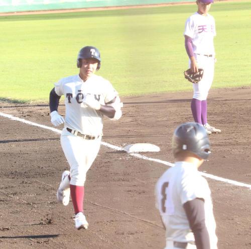 3回2死一、三塁から左越え3ランを放ち、ダイヤモンドを1周する大阪桐蔭・宮下