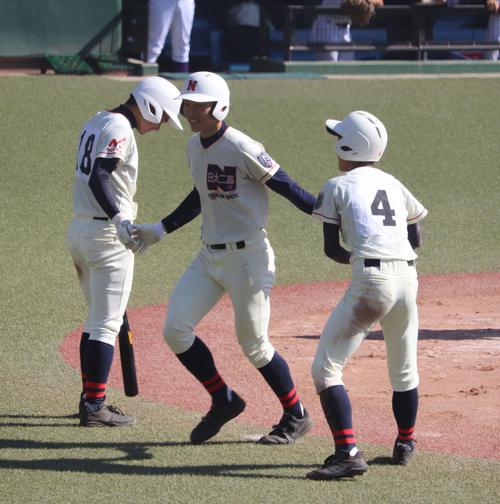 日大二対日本学園 6回表日大二2死三塁、左翼へ本塁打を放ちチームメートと喜ぶ杉山(中央)(撮影・小早川宗一郎)