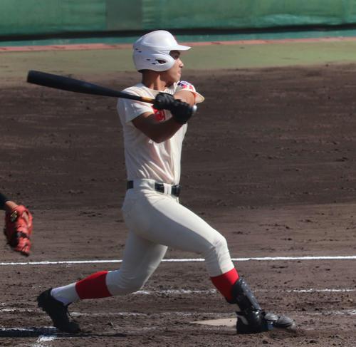 初回、2死満塁から走者一掃の中越え適時二塁打を放った智弁学園・三垣