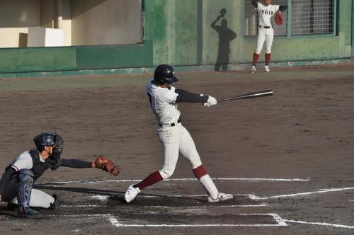 京都国際対大阪桐蔭 大阪桐蔭6回2死満塁、花田旭外野手(2年)は左中間へ満塁本塁打を放つ