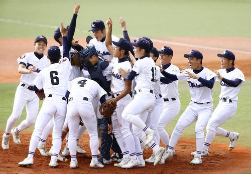 福岡大大濠に勝利し、初優勝を喜ぶ大崎ナイン(共同)