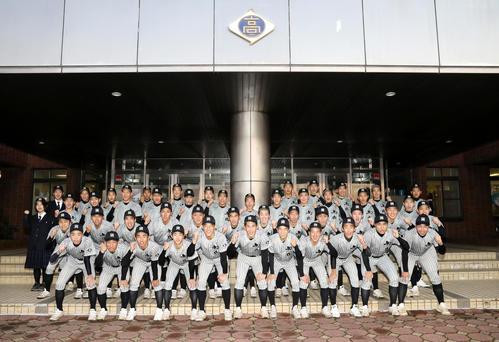 センバツ高校野球の21世紀枠候補校に選ばれ、笑顔を見せる知内の選手たち(代表撮影)