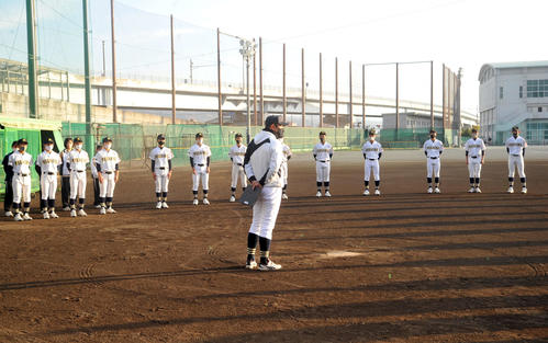 稲木監督(手前)から21世紀枠東海地区候補に選ばれたことを伝えられる三島南の選手たち