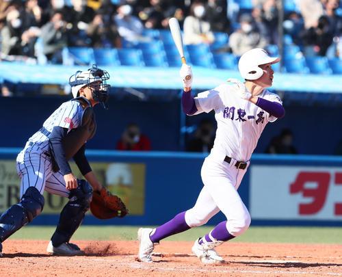 東海大菅生の関東第一3回裏関東第一2死2塁、初谷は右越えタイムリー二塁打を放つ(撮影・足立マーサ)