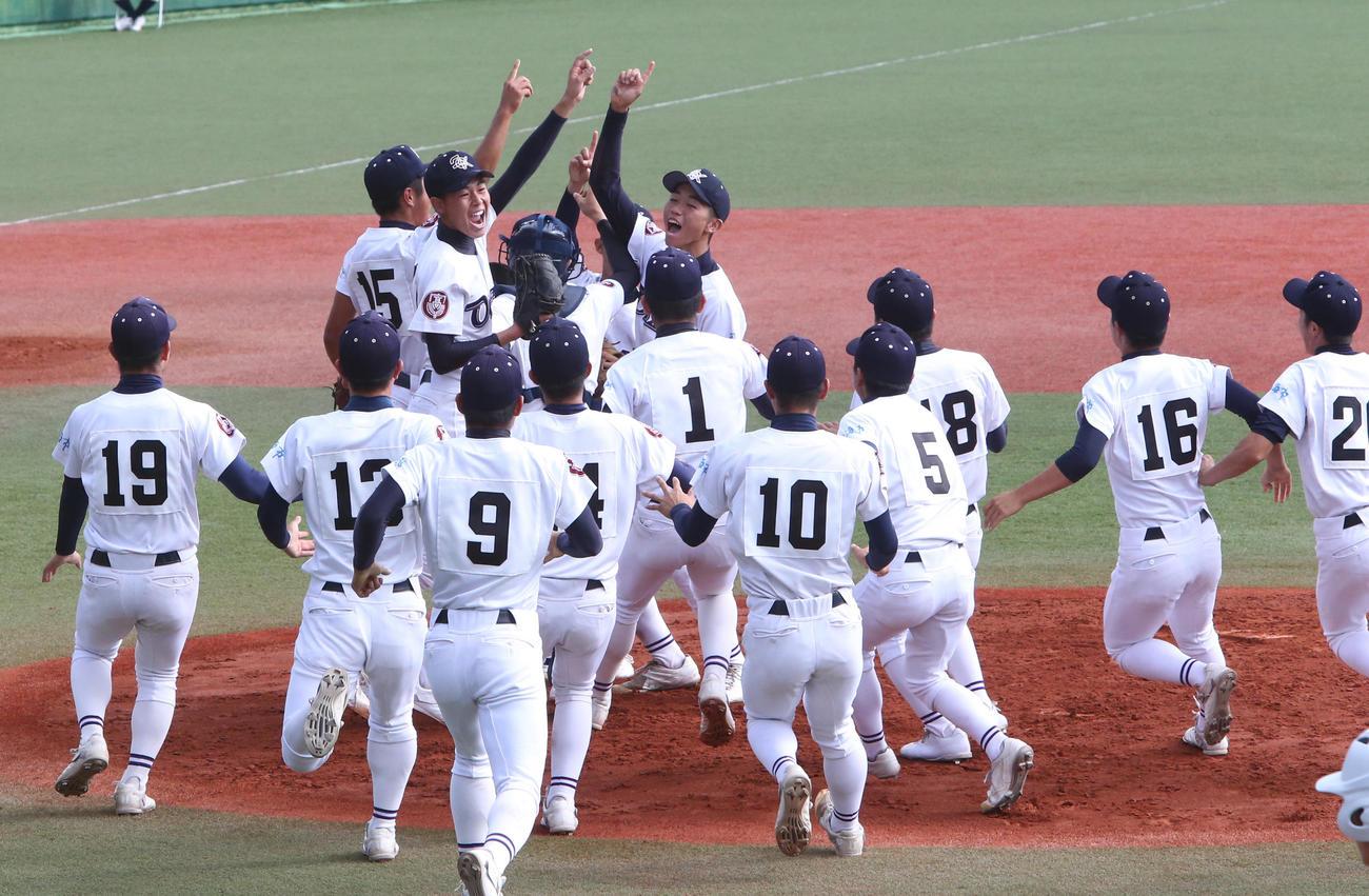 11月6日、初の九州王者になり、歓喜する大崎の選手たち