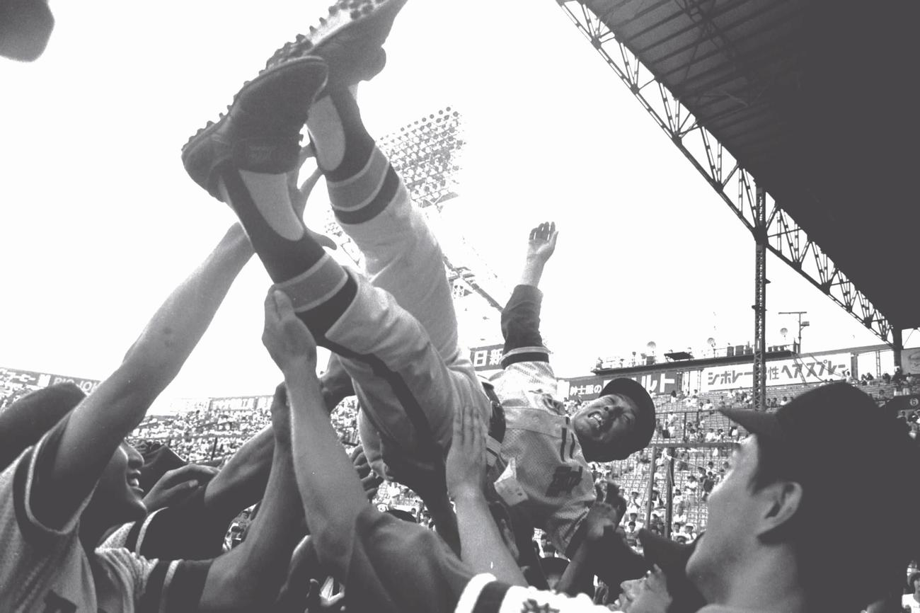 84年8月、PL学園を破り優勝し、胴上げされる取手二の木内幸男監督