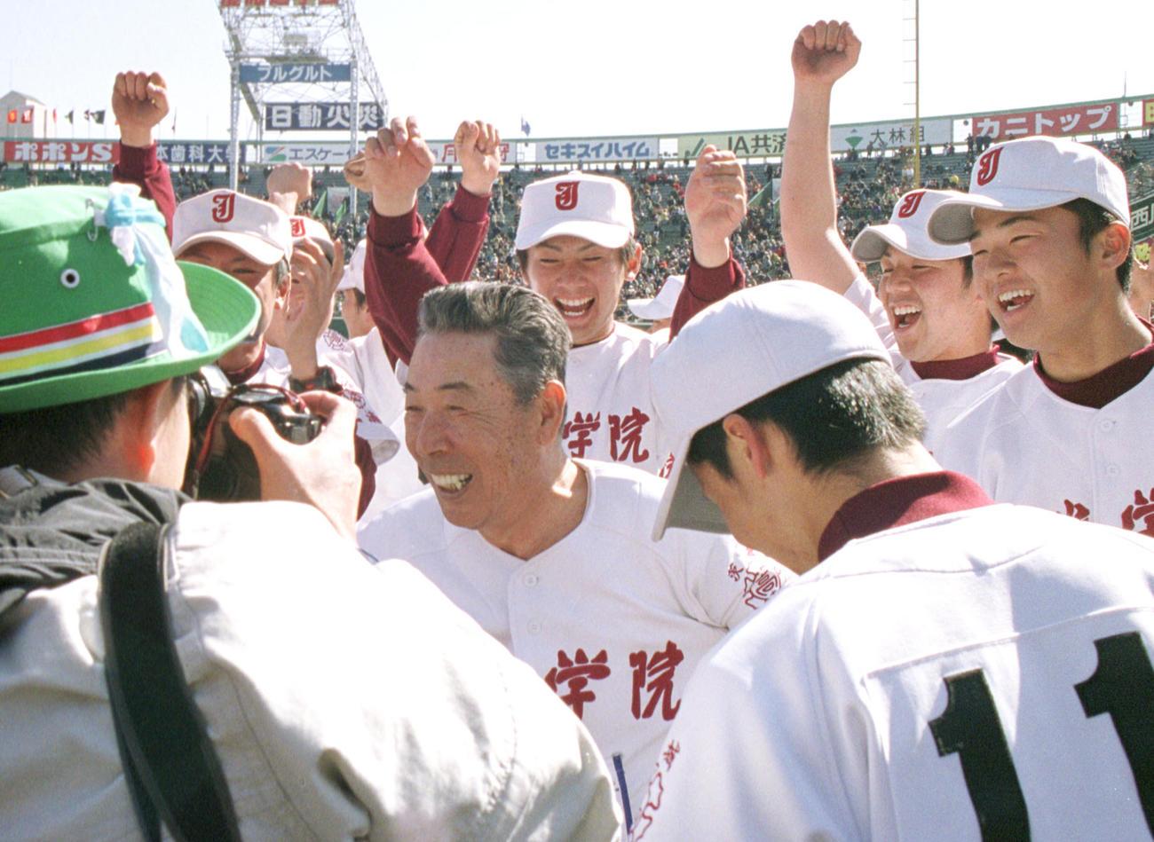 初優勝を飾った常総学院ナインと木内幸男監督(中央)