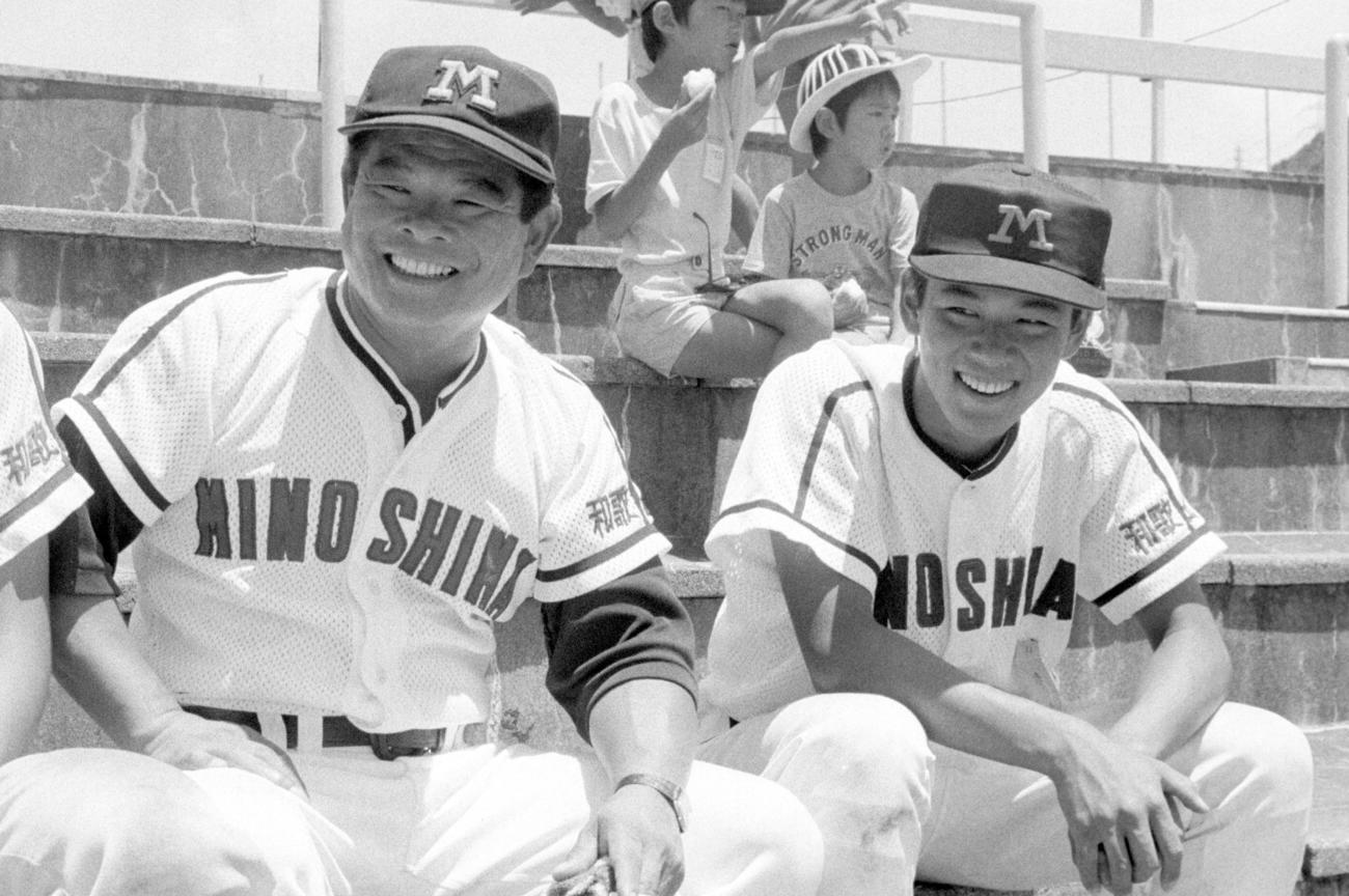 父・尾藤公監督(左)と談笑する長男の尾藤強さん(1986年7月23日撮影)