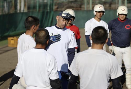 智弁和歌山の選手に指導するイチロー氏(代表撮影)