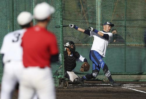 智弁和歌山の選手を前に打撃を披露するイチロー氏(代表撮影)