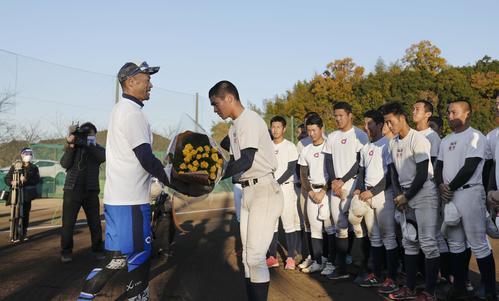 練習後に智弁和歌山の選手から花束を贈られるイチローさん(手前左)(代表撮影)