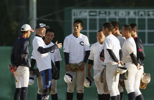 イチローさん(左から2人目)の指導を熱心に聞く智弁和歌山の選手たち(代表撮影)