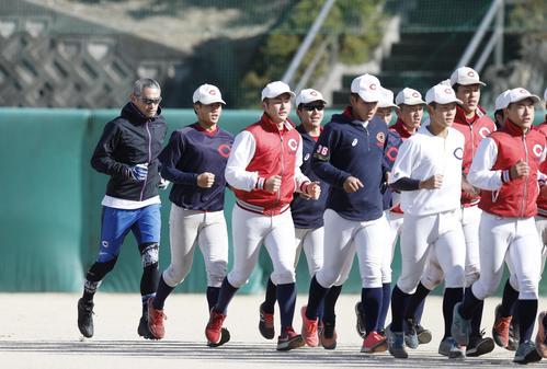 智弁和歌山の選手とともにランニングするイチローさん(左端)(代表撮影)